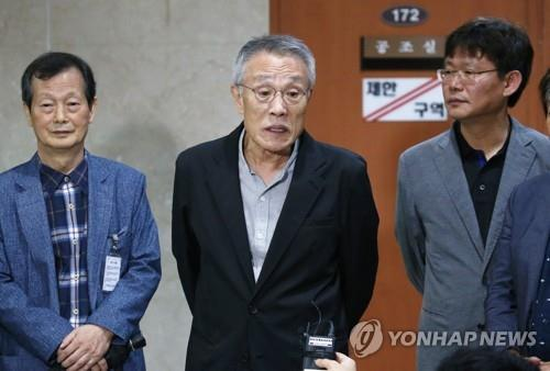 Novelist Hwang Sok-yong (C) speaks to reporters at the National Assembly in Seoul on Oct. 7, 2019, after reading a statement in support of Justice Minister Cho Kuk. (Yonhap)
