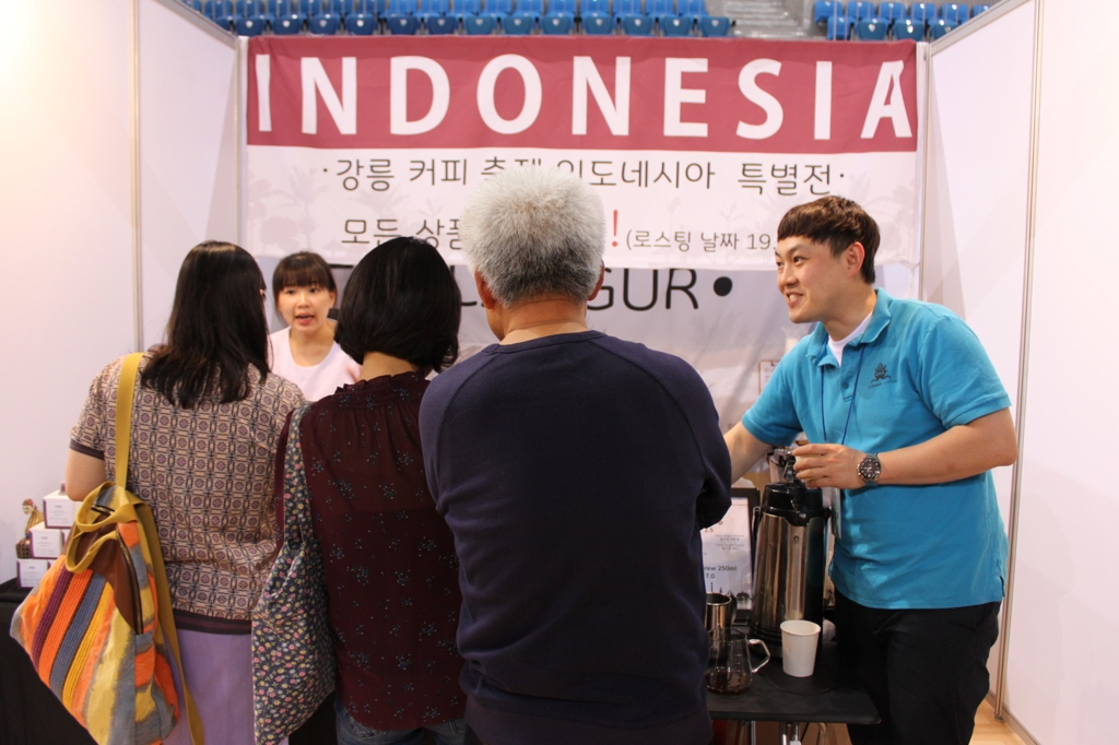 Participants at the 11th Gangneung Coffee Festival wait to be served at the Indonesian embassy's booth. (Yonhap)