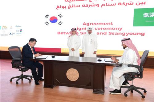In this photo taken Oct. 8, 2019, and provided by SsangYong Motor, SsangYong Motor President & CEO Yea Byung-tae (L) and SNAM President & CEO Fahd S Al-Dohish (R) sign a license agreement for local assembly of SsangYong Motor's SUV models at SNAM's plant from 2021 in the Jubail industrial complex, Saudi Arabia. (PHOTO NOT FOR SALE) (Yonhap)
