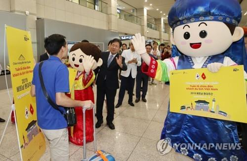 This file photo taken on Sept. 2, 2019, shows Minister of Culture, Sports and Tourism Park Yang-woo (3rd from L) welcoming Vietnamese tourists at Incheon International Airport, west of Seoul. (Yonhap)