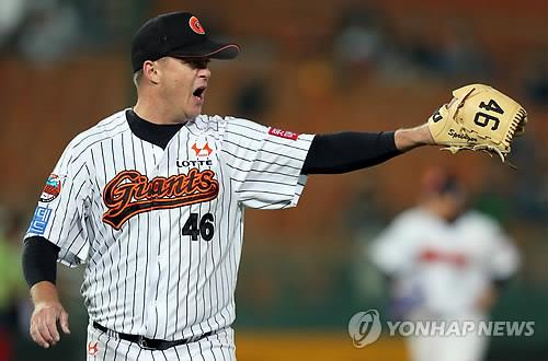 In this file photo from Oct. 17, 2014, Chris Oxspring, then pitching for the Lotte Giants, reacts to a play against the LG Twins in the top of the fourth inning of a Korea Baseball Organization regular season game at Sajik Stadium in Busan, 450 kilometers southeast of Seoul. (Yonhap)