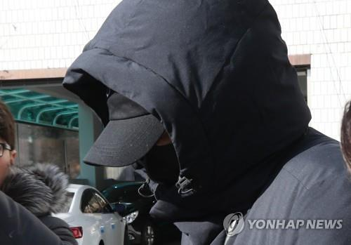 Actor Kang Ji-hwan leaves the Seongnam branch of the Suwon District Court, south of Seoul, on Dec. 5, 2019, after getting a suspended jail sentence in his rape case. (Yonhap)