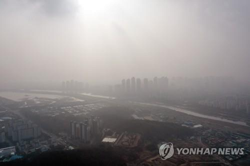 The sky over Incheon, west of Seoul, is thick with fine dust particles on Dec. 11, 2019. (Yonhap)