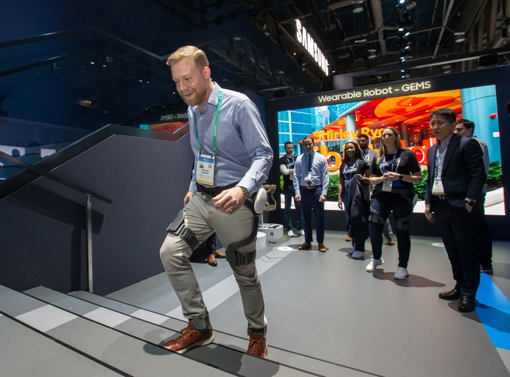 In this photo provided by Samsung Electronics Co. on Jan. 7, 2020, a Consumer Electronics Show (CES) attendee tests GEMS, a wearable exoskeleton, at Samsung's CES booth at Las Vegas Convention Center in Las Vegas, Nevada. (PHOTO NOT FOR SALE) (Yonhap)