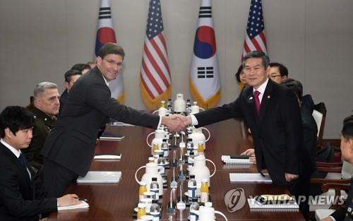 South Korean Defense Minister Jeong Kyeong-doo (R, standing) poses for a photo with U.S. Secretary of Defense Mark Esper as they hold the 51st Security Consultative Meeting at the defense ministry in Seoul on Nov. 15, 2019. (Yonhap)
