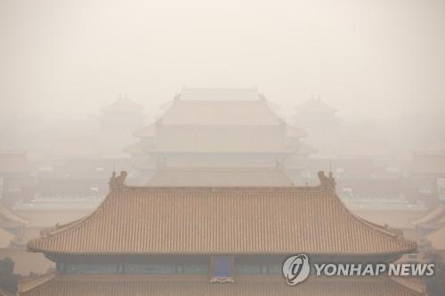 This file photo provided by the AP shows thick clouds of smog in Beijing. (PHOTO NOT FOR SALE) (Yonhap)