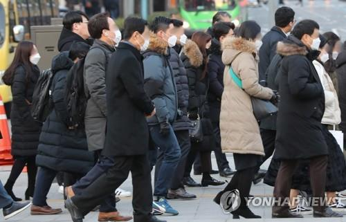 People wearing masks walk on their morning commute in Seoul on Feb. 3, 2020, amid the spreading coronavirus. (Yonhap)
