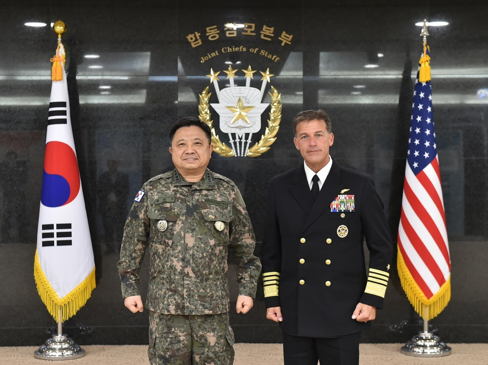 South Korean Joint Chiefs of Staff (JCS) Chairman Gen. Park Han-ki (L) and U.S. Pacific Fleet commander Adm. John Aquilino pose before holding talks in Seoul on Feb. 4, 2020, in this photo provided by the JCS. (PHOTO NOT FOR SALE) (Yonhap)