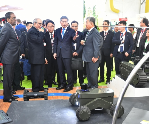 Defense Minister Jeong Kyeong-doo (C, wearing blue tie) looks around the venue of the DEFEXPO 2020 in the Indian city of Lucknow on Feb. 5, 2020, in this photo provided by the defense ministry. (PHOTO NOT FOR SALE) (Yonhap)
