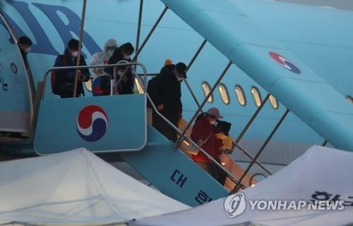 Evacuees from Wuhan, China, disembark from a chartered plane at Gimpo International Airport in western Seoul on Feb. 12, 2020. (Yonhap)