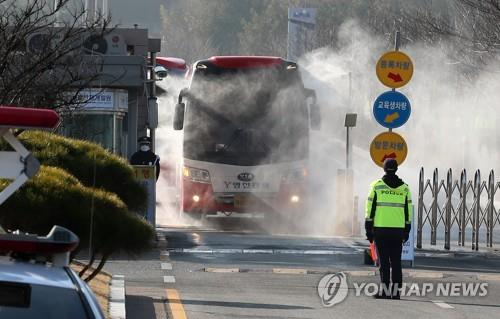 A bus carrying the first group of Wuhan evacuees leaves a public facility in Asan, 90 kilometers south of Seoul, on Feb. 15, 2020. All people who were airlifted from China on Jan. 31 tested negative for COVID-19. (Yonhap)