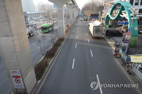 A road in front of a famous market in Daegu is empty following a surge in the number of coronavirus cases in the city on Feb. 21, 2020. (Yonhap)