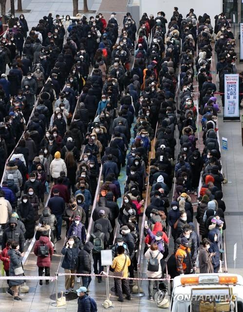 People form a long line outside a department store in Seoul on March 3, 2020, to purchase face masks amid concern over the spread of the new coronavirus. (Yonhap)