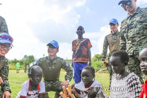(LEAD) S. Korea mulling sending chartered flight to South Sudan to bring home some troops