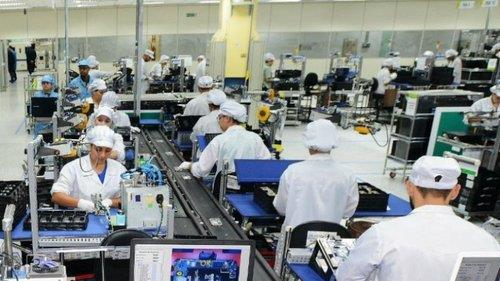 This undated photo provided by Samsung Electronics Co. shows workers at the company's plant in Campinas, Sao Paulo, in southeastern Brazil. (PHOTO NOT FOR SALE) (Yonhap)