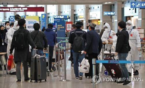 A group of South Koreans arrives at Incheon airport, west of Seoul, on April 3, 2020, as they return home from new coronavirus-hit Morocco on a special flight that the North African nation arranged to transport medical items from South Korea. The 105 evacuees will be put under a 14-day isolation. (Yonhap)