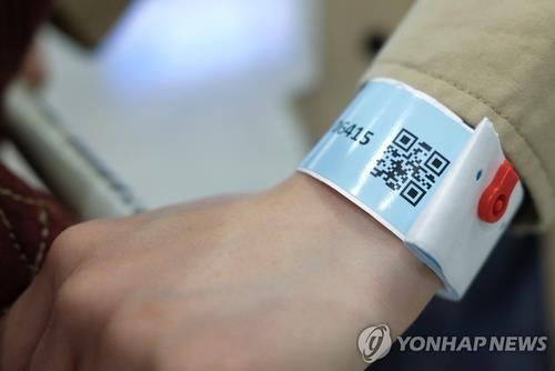 This file photo provided by Reuters shows an electronic wristband being used in Hong Kong. (PHOTO NOT FOR SALE) (Yonhap)