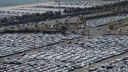 This file photo taken April 8, 2020, shows vehicles at Hyundai Motor's port in Ulsan, about 410 kilometers southeast of Seoul. (Yonhap)