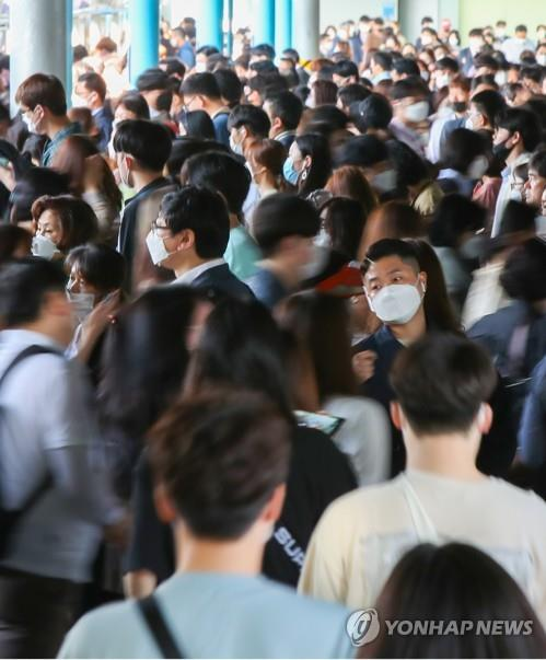 """Пассажиры, одетые в маски, меняют поезда на станции метро в Сеуле 6 мая 2020 года. Южная Корея начала ослаблять свои меры социальной дистанции в тот же день, поскольку число новых коронавирусных инфекций оставалось низким в течение нескольких недель, перейдя к тому, что она называет """"карантинной схемой повседневной жизни"""" и давая добро на нормализацию школ и общественных объектов. (Yonhap)"""