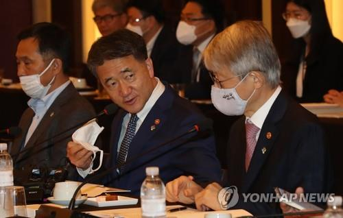 Health Minister Park Neung-hoo (C) and Minister of Science and ICT Choi Ki-young (R) talk during a pan-government task force to help develop coronavirus vaccines and treatments on June 3, 2020. (Yonhap)