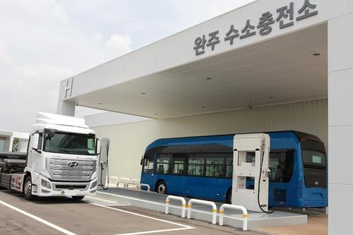 This photo, taken on June 3, 2020, shows Hyundai Motor Co.'s first charging station for hydrogen-powered commercial vehicles at its Jeonju plant, 240 kilometers south of Seoul. (PHOTO NOT FOR SALE) (Yonhap)
