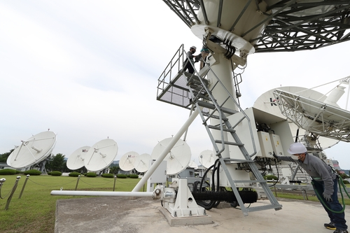 This photo provided by KT Sat Co. on June 18, 2020, shows workers checking satellite antennas at the company's Geumsan Satellite Center in Geumsan, some 170 kilometers south of Seoul. (PHOTO NOT FOR SALE) (Yonhap)