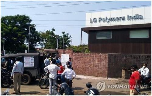 This AFP photo shows people gathering in front of the LG Polymers chemical plant in Visakhapatnam in the southern Indian state of Andhra Pradesh on May 7, 2020. (PHOTO NOT FOR SALE) (Yonhap)
