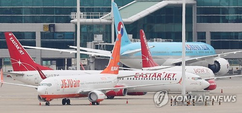 This photo taken on July 1, 2020, shows Jeju Air and Eastar Jet's planes at Incheon International Airport in Incheon, just west of Seoul, amid the coronavirus outbreak. (Yonhap)