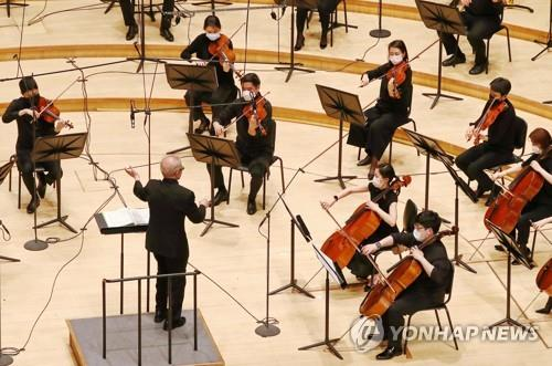 The Seoul Philharmonic Orchestra holds a concert in this undated photo provided by the orchestra. (PHOTO NOT FOR SALE) (Yonhap)