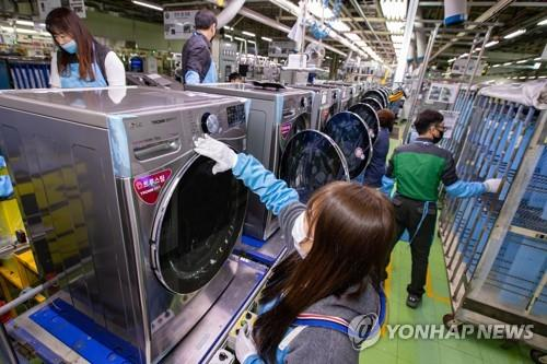 This photo provided by LG Electronics Inc. on April 10, 2020, shows workers at the company's dryer manufacturing plant in Changwon, South Korea. (PHOTO NOT FOR SALE) (Yonhap)