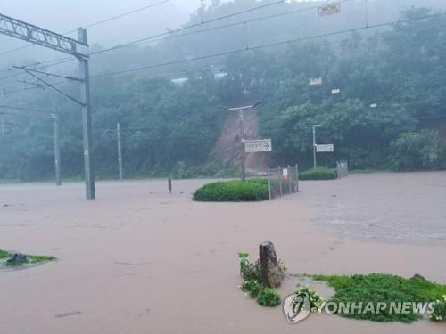 Heavy rain pummels central S. Korea, leaving 1 firefighter missing