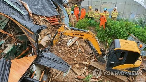 This image provided by the city of Anseong, Gyeonggi Province, shows a chicken farm that collapsed on Aug. 2, 2020 in a landslide triggered by heavy rains. The mudslide left a 58-year-old man dead. (PHOTO NOT FOR SALE) (Yonhap)