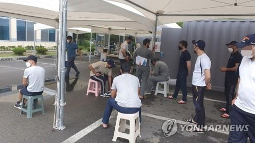 Foreigners wait to undergo a coronavirus test at a walk-thru clinic in Cheongju, 137 kilometers south of Seoul, on Aug. 5, 2020, as six Uzbekistanis tested positive for COVID-19 after attending an Islamic religious assembly. (Yonhap)