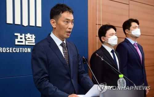 Prosecutor Lee Bok-hyun, head of the investigation team, speaks during a press briefing at the Supreme Prosecutors Office in Seoul on Sept. 1, 2020. (Yonhap)