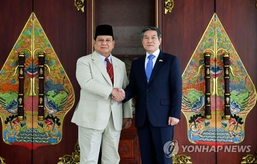 Defense Minister Jeong Kyeong-doo (R) and his Indonesian counterpart, Prabowo Subianto, shake hands ahead of their bilateral talks in Jakarta, Indonesia, on Dec. 12, 2019, in this photo provided by Jeong's office. (PHOTO NOT FOR SALE) (Yonhap)