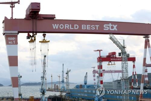 This file photo, taken in April 2018, shows large-scale shipbuilding cranes at the shipyard of STX Offshore & Shipbuilding Co. (Yonhap)
