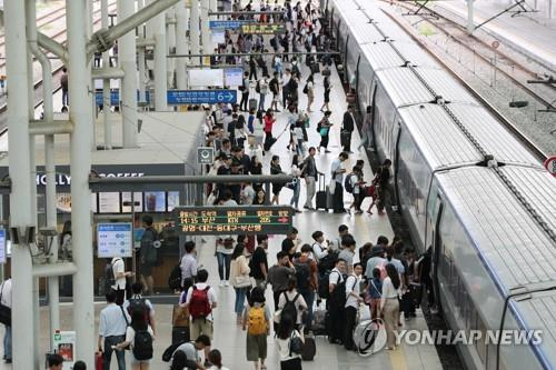 This photo, taken Sept. 11, 2019, shows people boarding a train at Seoul Station in central Seoul to visit their hometowns for the Chuseok holiday. (Yonhap)