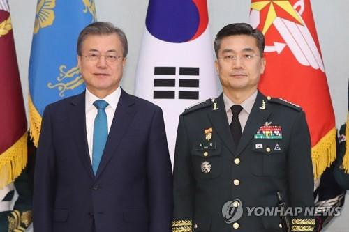 President Moon Jae-in (L) poses for a photo with Army Chief of Staff Gen. Suh Wook at the presidential office Cheong Wa Dae in Seoul, in this file photo dated April 15, 2019. Moon nominated Suh as new defense minister on Aug. 28, 2020. (Yonhap)