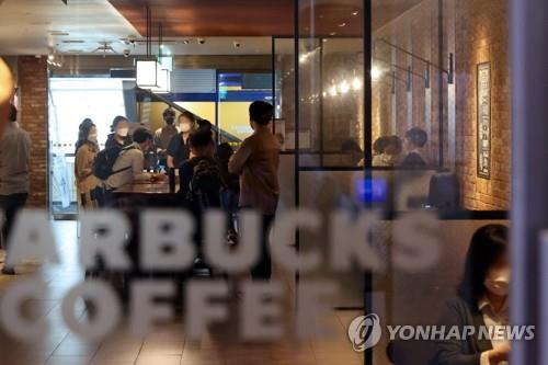 Visitors pack a cafe in Seoul on Sept. 14, 2020, the first day of the easing of toughened social distancing guidelines, as the number of new COVID-19 cases noticeably declined. Over the past two weeks, only takeout was available at cafes, while restaurants could only serve takeout and delivery after 9 p.m. amid the spreading virus. (Yonhap)