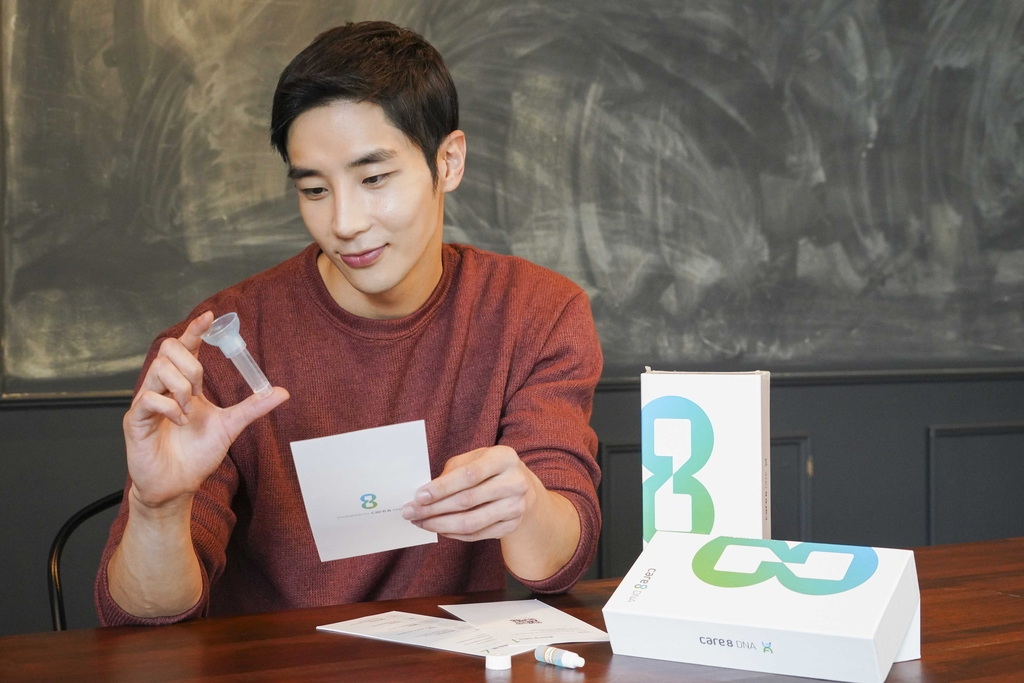 A model showcases the genetic testing kit used in SK Telecom Co.'s health care service care8 DNA, in this photo provided by the company on Sept. 21, 2020. (PHOTO NOT FOR SALE)(Yonhap)