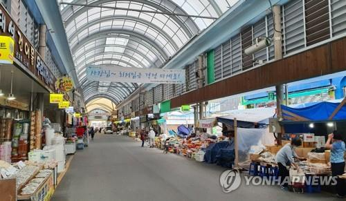 With the Chuseok holiday just a week away, shoppers can hardly be seen at Joongang Market in Jeonju, southwestern South Korea, on Sept. 22, 2020. (Yonhap)
