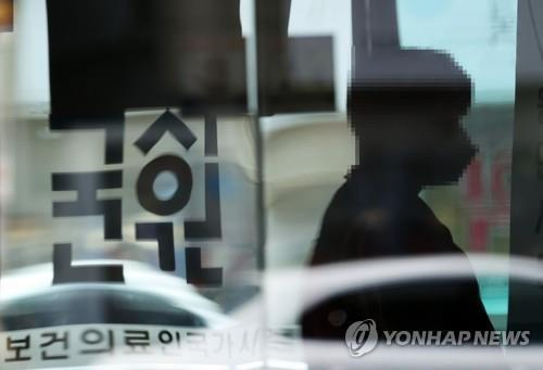 This file photo, taken Sept. 10, 2020, shows a medical student entering a building in Seoul to take the state medical licensing exam. (Yonhap)
