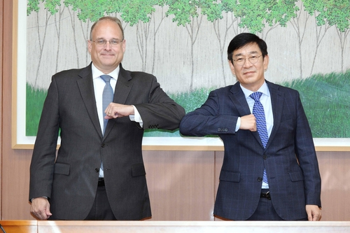 Marshall Billingslea, special U.S. presidential envoy for arms control (L), and Ham Sang-wook, deputy foreign minister for multilateral and global affairs, pose for photo with an elbow bump ahead of their bilateral meeting at the foreign ministry in Seoul in this photo provided by the ministry Sept. 28, 2020. (PHOTO NOT FOR SALE) (Yonhap)