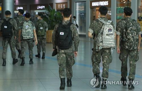 This file photo, taken on Aug. 19, 2020, shows service members moving to board a train at Seoul Station in the capital city. (Yonhap)