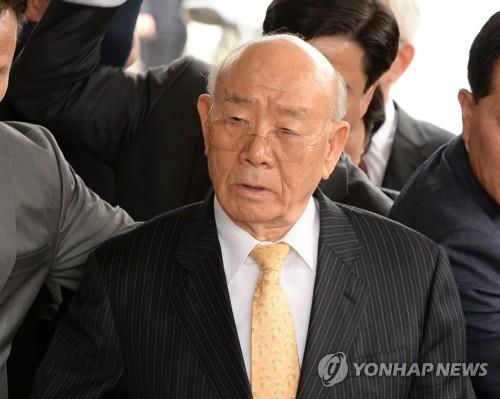 The undated file photo shows former President Chun Doo-hwan. (Yonhap)