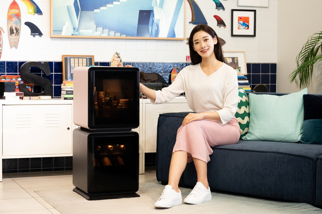 This photo, provided by Samsung Electronics Co. on Oct. 7, 2020, shows a model promoting Samsung's BESPOKE Cube small refrigerator. (PHOTO NOT FOR SALE) (Yonhap)