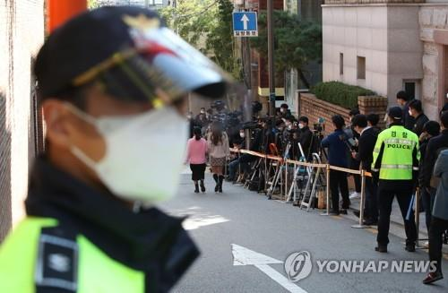 Reporters wait in front of the house of former President Lee Myung-bak in southern Seoul on Oct. 29, 2020. (Yonhap)