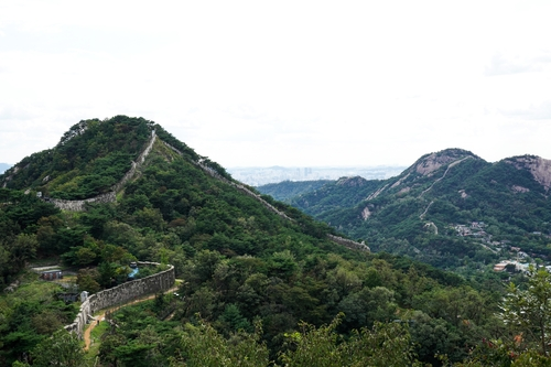 A view of a Mount Bukak trail course to be open to citizens, in this photo provided by Cheong Wa Dae (PHOTO NOT FOR SALE) (Yonhap)