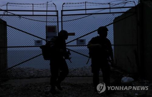 South Korean marines patrol along a barbed wire fence on the western border island of Yeonpyeong on June 23, 2020, amid growing tensions with North Korea. (Yonhap)