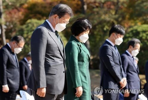 South Korean President Moon Jae-in and first lady Kim Jung-sook pay respects to the U.N. soldiers who died during the Korean War, at Cheong Wa Dae in Seoul on Nov. 11, 2020. (Yonhap)